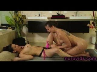 Linda lesbianas jugar con strapon después del masaje