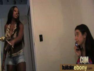 Ebony nena chupa grupo de chicos blancos 12