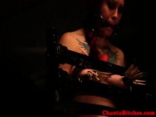 Amordazado sub tiene sus tetas castigado por femdom