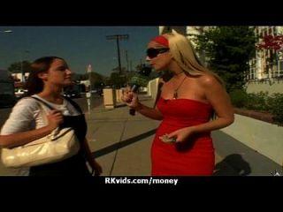adolescente desesperada desnuda en público y folla a pagar alquiler 25