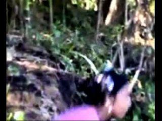 muchacha de la aldea que se baña en el río que muestra los activos indianmms.biz