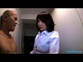 busty oficina dama dando handjob para desnudo flaco tipo en el pasillo