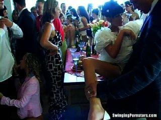 putas de la boda son follando en público