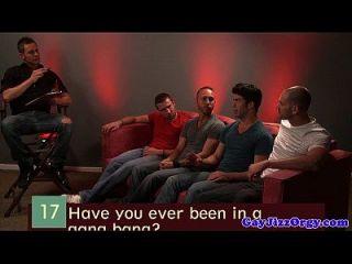 rex roddick y cuatro pals chupar en el sofá