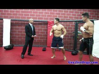 gaysex hunks orgy diversión después de la lucha libre