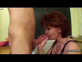 mamá alemana enseñar a chico joven cómo dos fuck hardcore sin condón