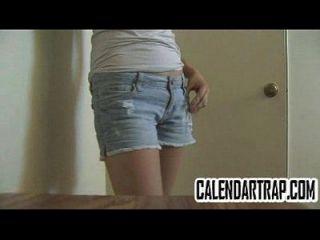 adolescente flaco con tetas pequeñas modela su cuerpo