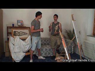 vieja perra se golpea por dos jóvenes pintores