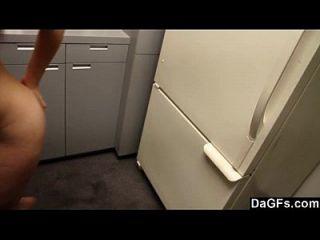 pelirroja adolescente con tetas pequeñas folla en la cocina