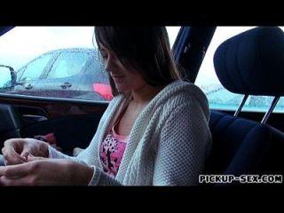 chica checa anastasia obtiene su manguito peludo golpeó en el coche