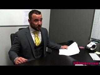 pelirrojo británico studs cumming en la oficina