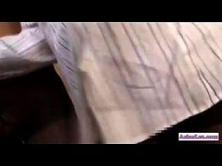 chica asiática en pantimedias frotando otros tetas de niña con las piernas besando conseguir que ella