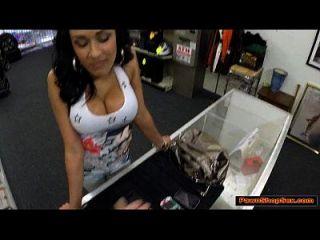 busty latina chick termina jodido dueño de la tienda de empeño