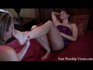 bella y sadie disfrutando de la diversión en los pies