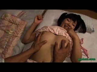 chica asiática dedo por chico chupar su polla en el colchón en la habitación