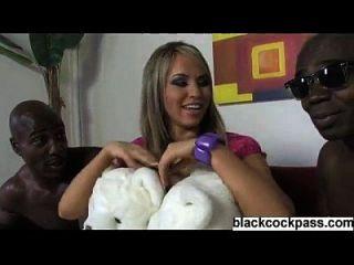 rubia perra sexy con 2 chicos negros grandes