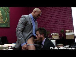 muscular hunk de oficina follada por su jefe