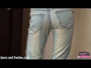 milana apretando de sus pantalones vaqueros ajustados