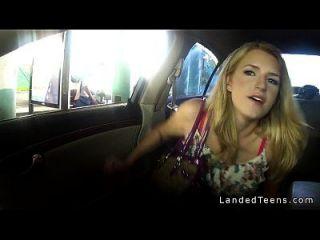 adolescente dando mamada en enorme polla en el coche en público