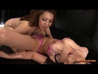 2 muchachas asiáticas tetona en aceite de la ropa interior en cuerpos que besan los cuerpos que acarician frotar y