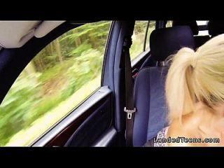 adolescente rubia traviesa follada en el coche pov