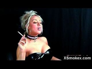 maquillaje desnudo de la esposa que fuma del fetity