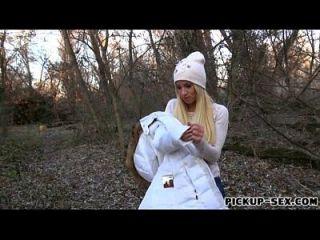 amateur blonde kiara flashes tetas y follada en el bosque