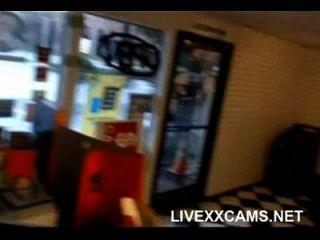 chica chupa chicos polla, luego se la follan en la cámara web de la oficina