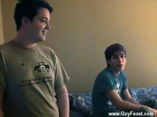 jocks gay todos los chicos parecen muy a bordo para un trío ... excepto