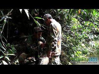 soldado vadea un río para una mamada