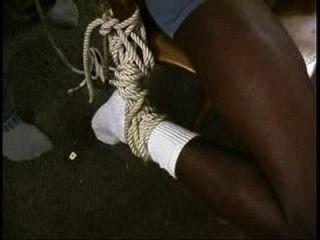 esclavo negro atado a la silla y el poste