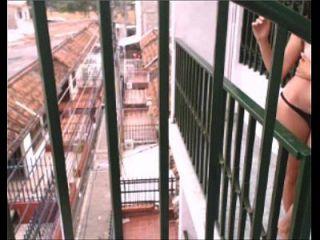 desnuda en el balcón