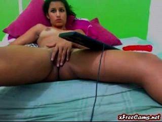 joven latina se frota su coño apretado en webcam