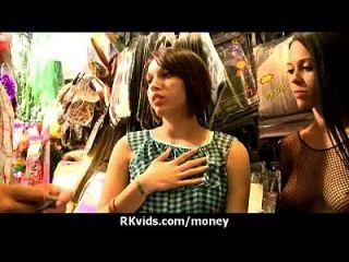 desesperada adolescente desnuda en público y folla a pagar alquiler 13