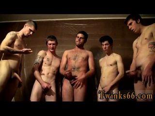 chicos desnudos los hombres se están reuniendo alrededor y masturbándose por encima de él,
