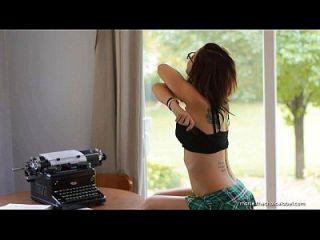 marie hace el striptease de la cámara lenta en sunroom.
