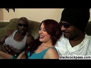 chica blanca tomada por hombres negros bien construidos