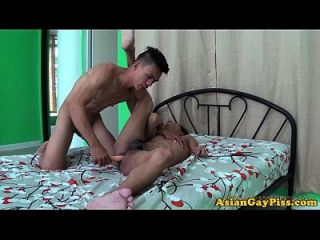 pee fetish asiática pee y jizzed en la espalda
