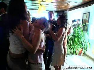 perras elegantes tomar pollas en una boda