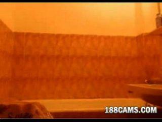 pelirroja tomando un baño 188cams.com