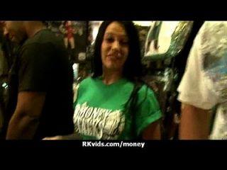 desesperada adolescente desnuda en público y folla a pagar alquiler 3