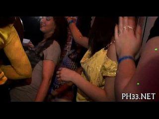 muchachas que sostienen schlongs en uno tan bien como las otras manos