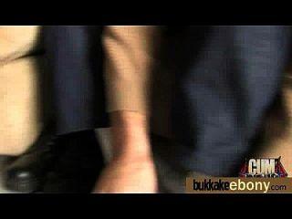 caliente polluelo de ébano en gangbang interracial 25