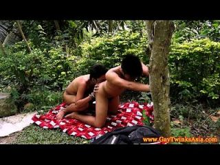 twinks étnicos barebacking en el bosque
