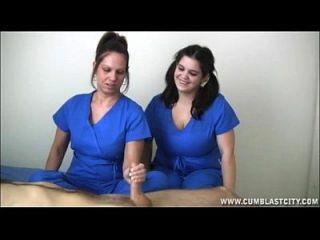 las enfermeras extraen una corrida enorme