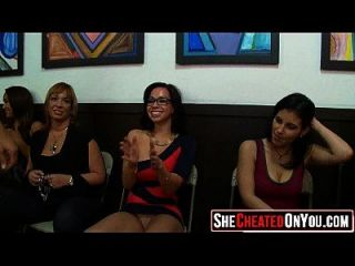22 grandes mujeres de la orgía del club del cfnm que chupan la polla 1