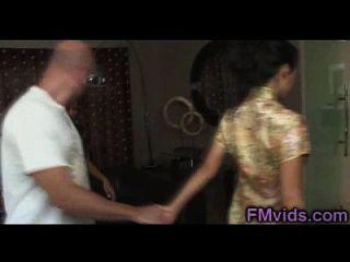 chico afortunado juega con chicas asiáticas bajo la ducha