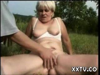 abuelita jodida en un campo