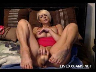 caliente más vieja milf rubia juega con su coño en la cama
