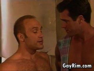 amigos gay masturbándose y besándose
